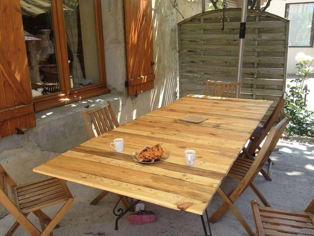 Id es de d co avec des palettes en bois for Fabrication de table de jardin en palette